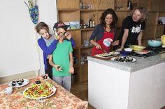 Wil je dat de kinderen groenten eten? Verkoop ze dan geen groenten, maar een goed verhaal. Scato, Laura, Puck (12) en Bliek (11) eten hele bijzondere groenten, zoals drakenstaarten, heksenketels en scheursla.