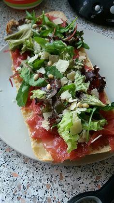 Ciabatta brood met carpaccio, rucola sla melange, parmezaanse kaas en pijnboompitjes. Heel lekker en makkelijk!