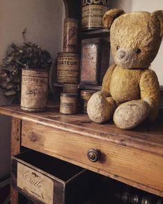 新入りでお気に入りはこのコちょいマッチョなアンティークベアティンカンも木箱も続々入荷しましたよ . 物がありすぎてディスプレイにやや時間かかりそうです店舗オープンまで今しばらくお待ちくださいませ . #deco #rustic #brocante #antique #interior #vintage  #shabbychic #oldstyle #antiques #junk #display #ancien #antiqueshop #love #can #shabby #retro #tin #ジャンク #レトロ #ラココット #シャビー #机 #ブロカント #アンティーク