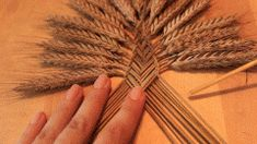 Easy Straw Weaving tutorial for this beautiful Welsh Border Fan craft. Straw or wheat weaving has it's origin in pagan times. Straw Weaving, Weaving Art, Basket Weaving, Dried Flower Arrangements, Dried Flowers, Wheat Decorations, Corn Dolly, Lavender Crafts, Diy Fan