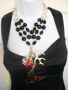 hermoso collar de agatas facetadas negras, cachos de resina y dijes calados By JOHORI ACCESORIOS