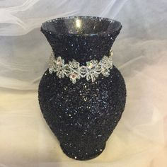 Discover thousands of images about Black glitter vase. With silver lace with rhinestone. Glitter Vases, Glitter Wine, Black Glitter, Centerpieces With Wine Glasses, Decorated Wine Glasses, Vase Centerpieces, Dollar Tree Decor, Dollar Tree Crafts, Apothecary Jars Decor
