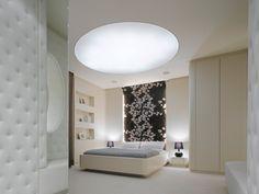 tête de lit en papier peint à motifs floraux et plafond lumineux