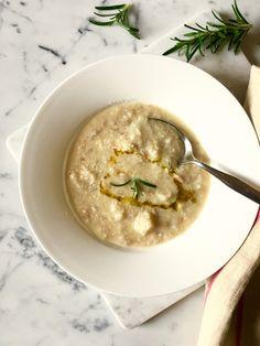 La zuppa di pane è una ricetta della nonna, di quando non si sprecava nulla e il pane era prezioso. A differenza di altre minestre, ha una preparazione molto rapida. Perfetta per riciclare il pane. Pane, Tortellini, Hummus, Soup, Ethnic Recipes, Soups