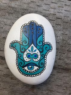 Este artículo no está disponible - Handbemalter Stein mit Hamsa-Design darauf. Ich fand diesen Felsen am Strand, er hatte eine schöne - Hamsa Painting, Mandala Painting, Pebble Painting, Pebble Art, Stone Painting, Rock Painting Patterns, Rock Painting Designs, Paint Designs, Hamsa Design