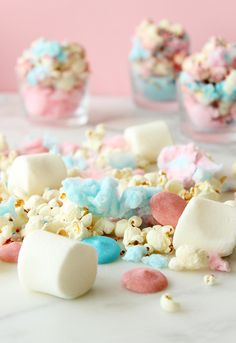 This is a yummy recipe for Cotton Candy Sprinkle Popcorn by Glitter and Bubbles that features popcorn, cotton candy, marshmallows and chocolate. Cotton Candy Cakes, Pink Cotton Candy, Pink Candy, Delicious Desserts, Dessert Recipes, Yummy Food, Food Styling, Candy Popcorn, Candy Sprinkles