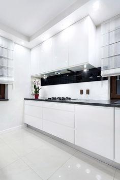 Nieskazitelna biel i to poczucie, że wszystko jest czyste jak łza. #kuchnia #aranżacja #inspiracje #kuchniawbieli #design #kitchen #kitcheninspiration Living Room Kitchen, Kitchen Cabinets, Nice, Interior, Home Decor, Houses, Cooking, Kitchen Modern, Decoration Home