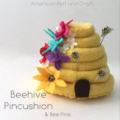 Folk Embroidery Tutorial Sewing tutorial: Felt beehive pincushion and honeybee pins - This beehive pincushion is all kinds of adorable! And check out the matching honeybee pins that go with it! Easy Felt Crafts, Bee Crafts, Felt Diy, Food Patterns, Sewing Patterns, Felt Crafts Patterns, Quilling Patterns, Pincushion Tutorial, Pincushion Patterns