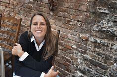 Anne Hjernøe er journalist og autodidakt kok med eget firma, AnneMad Aps, der beskæftiger sig med tv-produktion, produktudvikling, foredragsvirksomhed mv. Anne er kendt fra tv, hvor hun som tv-vært bl.a. har lavet AnneMad og senest sammen med journalist Anders Agger har besøgt danske slotte og herregårde, danske badehoteller, danske øer og det gamle Danmark. Anne er desuden og ikke mindst forfatter til en lang række kogebøger.
