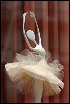 Détails d'une vitrine de boutique Repetto  mise en scène par Laure Freyermuth .