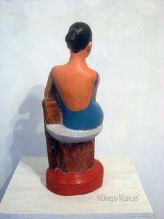 """""""Mujer sentada"""" , escultura en madera policromada, medidas 62 x 21 x 18 cm , 2014 del escultor Diego Manuel Rodriguez"""