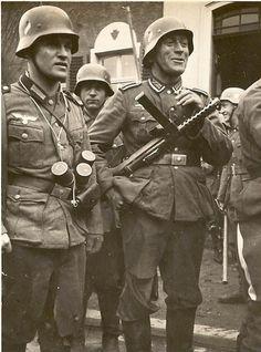 Deutscher Soldat bewaffnet mit einer MP34. Diese Männer sind wohl zurückgekehrt aus der Kampfzone : man beachte die zerrissene Hose