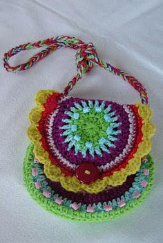Ook Claudia had wel zin om metfelle kleurtjes iets te maken.  Zij kwam dit leuke regenboog tasje tegen.      Het patroon van het regenboog ...