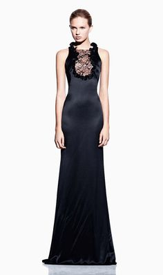 Welcome to the official online flagship for the Alexander McQueen fashion house. Discover designer clothing and accessories for men and women. Alexander Mcqueen, Gowns Of Elegance, Elegant Gowns, Unique Fashion, Fashion Design, Timeless Fashion, Catwalk Fashion, High Fashion, Women's Fashion