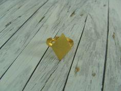 Dieser wunderschöne goldfarbene Ring mit einer Raute aus Messing ist ein besonderer Hingucker. Du findest in meinem Shop auch die passenden Ohrstecker.  Der Ring hat einen Durchmesser von 17 mm....