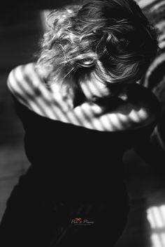 Tijdens een inhouse portretshoot is het zoeken naar fijne plekken in huis waar het licht mooi is. Luxaflex zorgt voor een heel tof effect! Bekijk mijn blog voor meer krachtige zwart-wit portretfoto's in huis.