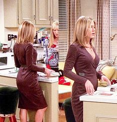 Jennifer Aniston in a curve hugging dress as Rachel back in the Friends days Rachel Green Outfits, Estilo Rachel Green, Rachel Green Hair, Rachel Green Style, Rachel Green Friends, Jennifer Aniston Style, Jennifer Aniston Pictures, Jeniffer Aniston, Look Retro