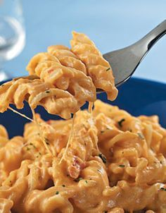 Macarrão Pratico - Tomato and Mozzarella Pasta Pasta Recipes, Cooking Recipes, Healthy Recipes, Low Cal, Salty Foods, Ratatouille, Love Food, Macaroni And Cheese, Food Porn