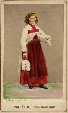 File:Kvinna i sockendräkt från Vingåker, Södermanland. Världsutställningen i…