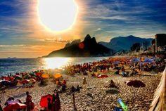 Domingão na praia com essa vista, só no Rio de Janeiro ☆ Ipanema ☆