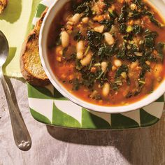 Tuscan Kale and White Bean Minestrone White Bean Soup, White Beans, Chou Kale, Soup Recipes, Healthy Recipes, Rainbow Food, Chana Masala, Soups And Stews, Veggies