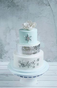 Winter Wedding Cake This weddingcake is for the parents of my youngest daughter's best friend. With my newest toy: edible silver leaf. Gorgeous Cakes, Pretty Cakes, Amazing Cakes, Edible Silver Leaf, Winter Torte, Winter Cakes, Winter Wonderland Cake, Round Wedding Cakes, Occasion Cakes