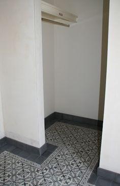 gang/garderobe met CIRCLEZ 1 serie van www. Tiled Hallway, Hallway Inspiration, Downstairs Toilet, Porche, Best Flooring, Tile Design, Home Deco, Home And Living, Tile Floor