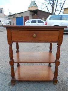 Dřevěný odkládací stolek se šuplíčkem