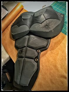 Finished weathering the abs. Added another bullet hole as per the in-game reference pics and threw on a couple scratches and several thin layers of black acrylic for that nice dirty worn look. Also started gluing on some of the suits eyelets to give it some nice contrast... It's coming along. #batfan #batman #batsuit #bethebatman #weathered #bullethole #slash #battledamage #battledamaged #batmancosplay #batmancostume #thebatman #terraflex #tandyleather #dcheroes #crimealleyfx #icosplay…