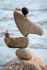 balance ravnotežje Gravity Art, Stone Balancing, Rock Sculpture, Stone Sculptures, Stone Cairns, Art Pierre, Balance Art, Rock Artists, Rock Crafts