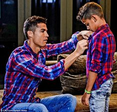 Celebs and their cute kids in Cristiano Ronaldo and his mini-me son showed that Cristiano Jr. is a chip off the old block as they modeled the new Denim Junior collection on Nov. Cristiano Ronaldo 7, Ronaldo Cristiano Cr7, Cristiano Ronaldo Wallpapers, Ronaldo Juventus, Neymar, Cr7 Jr, Fashion Tips For Women, Mens Fashion, Fashion Guide