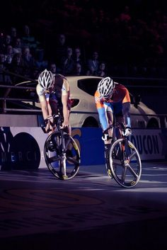 The thrill of track stands at the European Six Days. Track Cycling, Pro Cycling, Cycling Bikes, Fixed Gear Bike, Road Bikes, Custom Bikes, Photo Art, Racing, Pictures