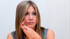 """LONDRA L'attrice Jennifer Aniston si scaglia contro i social network definendoli """"perdita di tempo"""". L'attrice, che ha da poco perso la mamma"""