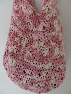 Crochet bag for the summer. Suitable for jeans and the dress. Very practical to town and also the beach. Unbelievable what all fits into it. Of pure cotton, wash 30º.