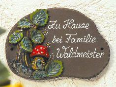 Beschriftetes Keramik Türschild Pilzhaus-Wurm - Stolz empfängt der kleine Wurm seine Gäste.