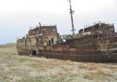 Os efectos desastrosos da desecación dun mar por culpa da codicia humana que causou a ruina económica e medioambiental no Mar de Aral. Abandoned Ships, Abandoned Buildings, Abandoned Places, Abandoned Castles, Abandoned Mansions, Ghost Ship, Shipwreck, Salt And Water, Underwater