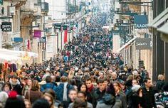 Bordeaux - Faites du shopping dans la rue piétonne Sainte-Catherine près de la place de la Victoire et dans ses artères accolées. - Retrouvez toutes les offres de locations vacances de Dreamarent de la région sur http://www.dreamarent.com/location-vacances/aquitaine/2
