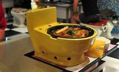 Banheiro e comida não combinam muito - isso não parece ser a opinião dos criadores do peculiar restaurante taiwanêsModern Toilet. Segundo os criadores, a ideia da decoração surgiu quando um deles estava lendo um mangá (Dr. Slump on the toilet) e achou que seria uma boa ideia decorar o restaurante com tema de banheiro. Deu certo. O sucesso foi tanto que o restaurante hoje existe em 12 diferentes lugares de Hong Kong, China, Japão, entre outros. Bebidas são servidas em copos com formato de…