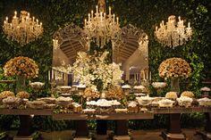 parede verde maravilhosa lustres mesa casamento. lustres para aluguer www.aluguerdelustres.com