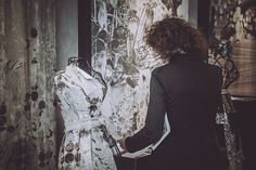 Inkiostro Bianco Tailoring - The atelier of the custom-made surfaces Inkiostro Bianco will bring a new tailoring concept to Cersaie 2015. Excellence, design, innovation, advice, support, planning and customization are concepts that the company, which specializes in the production of continuous surfaces and artistic decoration, has taken from high fashion and transferred to the world of interior design.