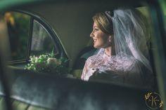 fotos inspiradoras de casamento Carro da noiva antigo vestida de noiva