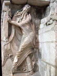 le prophète Isaïe. L'Abbaye Sainte Marie de Souillac.  silhouette dansante , s'accomode mal a l'idée que l'on se fait d'un prophète. artiste inconnu. XII ème siècle. connote la joie de vivre Sainte Foy, Sainte Marie, Gothic Art, Victorian Gothic, Prophet Isaiah, Art Roman, Sculptures, Lion Sculpture, Romanesque
