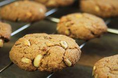 Receita fácil de biscoito feito com manteiga de coco, sem glúten, sem lactose. É perfeito para comer de lanche e agrada adultos e crianças | www.amorpelacomida.com.br