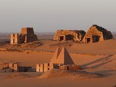 Pyramides de Méroe au lever du soleil/ Christian Mathis/ A Méroe s'est développée du IIIe siècle avant J.C. au IVe après une brillante civilisation fondée sur une agriculture prospère et l'industrie du fer mais surtout sur le commerce caravanier entre Afrique Noire et monde méditerranéen.
