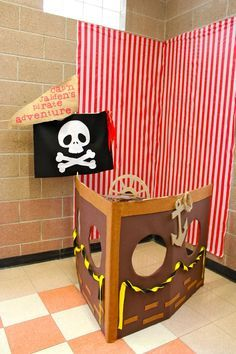 picture backdrop: i made a pirate ship boat with a box. Lined and decorated with felt. I made the wheel turnable and the kids had fun turning the wheel while taking their picture. Deco Pirate, Pirate Day, Pirate Birthday, Pirate Theme, Boy Birthday, Ballon Party, Picture Backdrops, Picture Booth, Pirate Activities