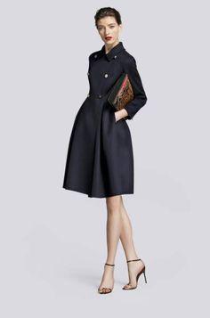 abrigo negro corte tulipán carolina herrera