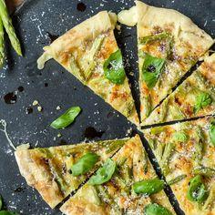 Spargelpizza mit schmelzendem Camembert-Rand