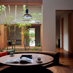 どの部屋からも緑が眺められるように2つの中庭と居室が交互に配置された住宅。玄関を入ると正面に中庭があり、リビングまで視線が抜ける。リビング...