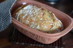 Tein leivän. Se on niin kaunis että meinaa tulla tippa linssiin.   Uhosin tuossa aiemmin että tänä vuonna aion opetella tekemään leipää. ...