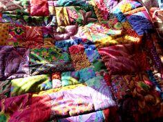 montage patchwork, housse de coussin XL. coloré.   Tissu Français ancien, provençal, kaffe fassett, Brandon Mably, broderie Hmong , antiquité & tribal.   La Néna #patchwork #coussin#Tissu #français #ancien #provençal #kaffefassett #brandonmably #broderie #hmong #antiquité #tribal #lanena #creatrice #colore #couleur #textile